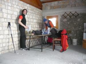 Dentro la casera a mangiare prima di rientrare a valle