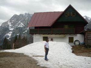 Eccomi al rifugio f.lli Grego e dietro il Montasio