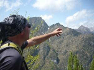 Stefano che ci spiega le nostre montagne