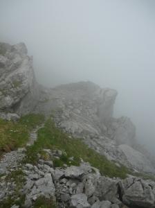 Postazione fra le basse nubi lungo il sentiero