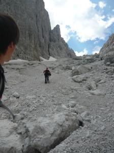 Tony in discesa lungo il ghiaione