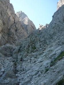 La valle che porta al Portonat con il sentiero CAI 444