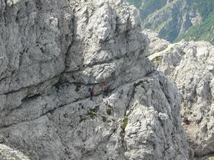 I due escursionisti incrociati, impegnati sull'esposta cengia