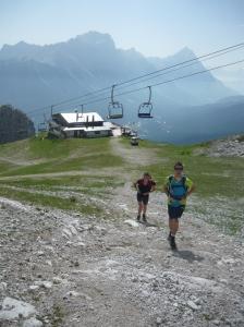 Sotto la seggiovia, attraversando le piste da sci. Dietro il rifugio Pomedes.