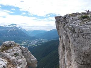 Ecco la croce di vetta che sovrasta Cortina d'Ampezzo