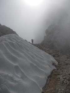 Nevaio e forcella. Ha inizio il tratto lungo la cresta
