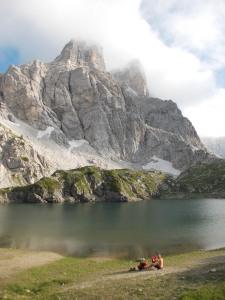 Tony si riposa vicino al lago Coldai