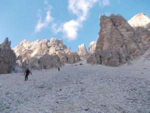 In discesa sul ghiaione con uno sfondo bellissimo