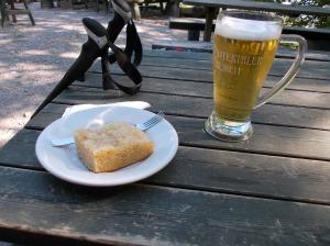 Birra e dolce di mele al rifugio Pordenone