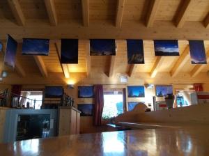 Colazione al bar Area 51 di Cortina, in mezzo alle splendide foto in notturna delle Dolomiti