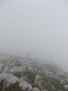 Verso cima Messer, mentre le nuvole ci immergono nel loro silenzio