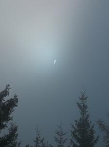 Il sole filtra fra le nuvole e dietro il Sassolungo