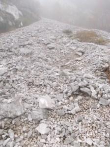 Un ghiaione da risalire lungo il sentiero CAI 933