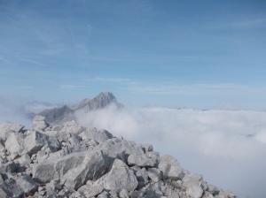 La vista verso le Rocce Bianche sommerse dalle bianche nuvole