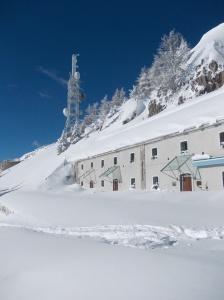 """Rifugio Dolomites, """"Museo nelle nuvole"""" e una delle torri piena di ripetitori"""