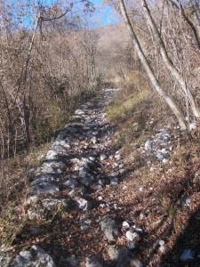 Antico lastricato lungo il sentiero