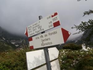 All'imbocco della val Sughet, l'ottima segnaletica indica la via