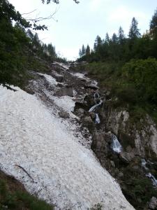 Forse il passaggio più ostico, un nevaio bello inclinato solcato sotto dall'acqua per poi salire fra le roccette bagnate