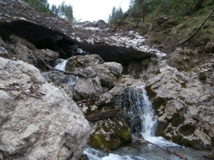 Fra rocce bagnate e ponti di neve