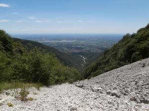 Scendendo i ghiaioni della Val Grande verso Dardago