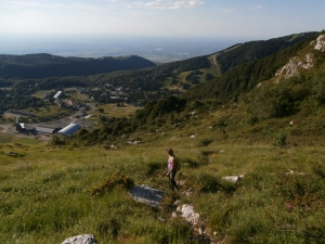 Sopra Piancavallo, Federica lungo il sentiero CAI 924