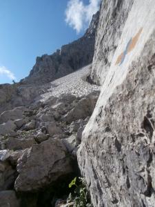 Lungo la Fausto Schiavi, il secondo nevaio e le ghiaie a sinistra che salirò. Sopra le ghiaie si può notare il camino che ho provato a salire.