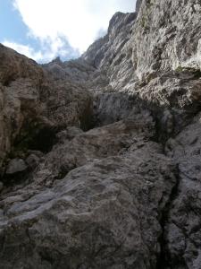 Dopo il traverso, l'intaglio sulla roccia che bisognerebbe seguire. Mi tengo invece alto sulle placche appoggiate.