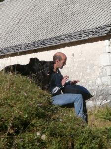 Il pastore, i suoi cani e il magnifico suono dell'hang