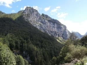 Roccia ricurva lungo la faglia periadriatica