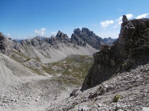 Cima Barbe e Cima dei Pecoli con le loro pareti che cadono nella Val Monfalcon di Forni