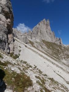 Il traverso su flebile traccia che porta a forcella Monfalcon di Forni