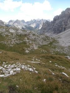 Scendendo lungo la val Monfalcon di Forni. In lontananza il Pramaggiore, la Croda di Sion, cima Brica e l'omonima valle