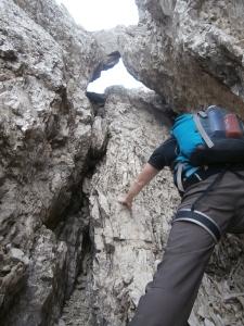 L'antro dove si arrampica su un III grado con roccia marcia