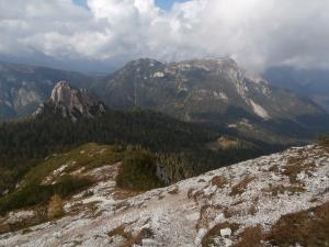 Scendendo verso passo Cibiana, si vede il monte Rite