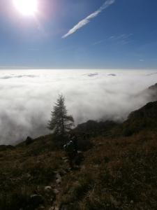 Lungo il sentiero CAI 924, un mare di nuvole dietro a noi