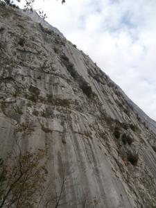 """La parete delle Placche Zebrate e nel mezzo la roccia articolata della via """"46° parallelo"""""""