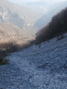 Giovanni che corre lungo i ghiaioni