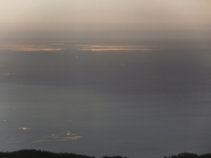 Il mare risplende distante
