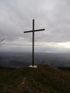 Croce di Busa Bravin e panorama sulla pianura