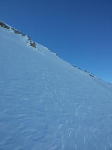 Ecco lì la selletta che ci farebbe uscite sulla cresta che porta alla cima. Siamo poco sotto i 3000 metri di quota