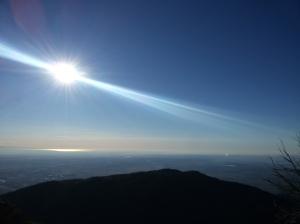 Il sole fa risplendere il mare oltre lo Jof di Maniago