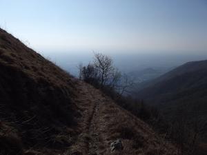 In discesa lungo il sentiero CAI 982