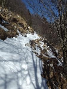 Un po' di neve lungo il sentiero