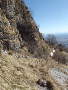 Il grande antro dove sotto passa il sentiero del Pissol