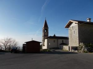 Piazza retrostante la chiesa di Mezzomonte