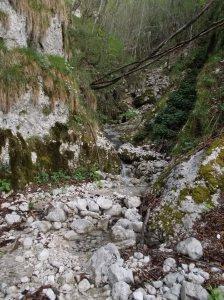 Acqua che scorre lungo una valletta