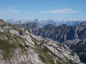 In primo piano la cresta de I Muri mentre dietro spiccano cima Preti e il Duranno