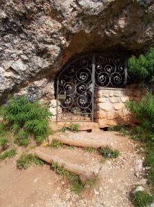 La cappelletta nella grotta sotto le Cinque Torri