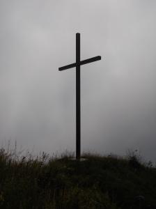 La grande croce che s'incontra lungo la strada forestale