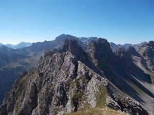 Punte e cima Fantulina in primo piano, dietro il gruppo della cima Val di Guerra e il Pramaggiore